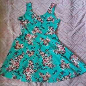 Super cute floral dress!